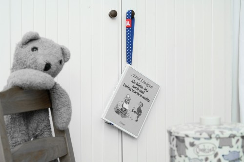 hangingbooks_teddy_schrank_schwaz_weiss